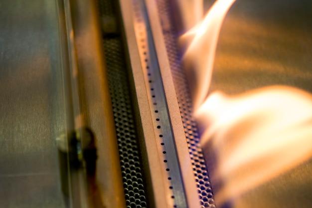 Moderner bio-kamin mit ethanol-gas. intelligente ökologische alternative technologien. zeitgenössischer biokraftstoff auf ethanol-nahaufnahme. energiesparende innovation. interieur in einem haus