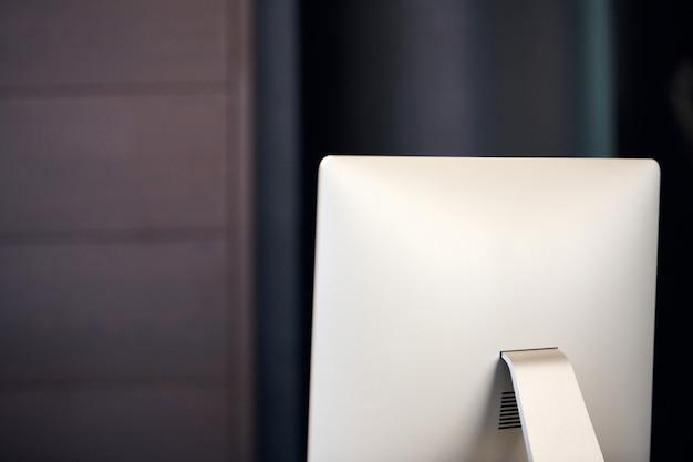 Moderner computerbildschirm. monitor für den arbeitsplatz im büro. neue hardware-ausstattung.