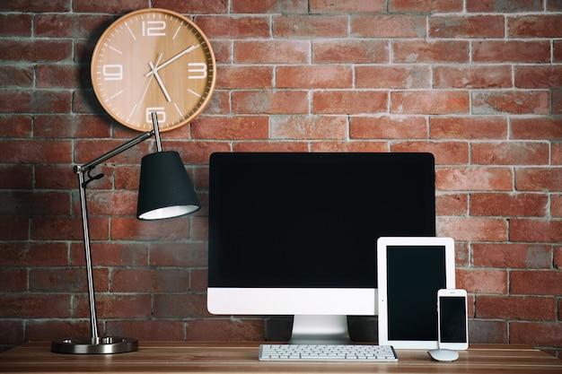 Moderner designer-arbeitsplatz mit computer