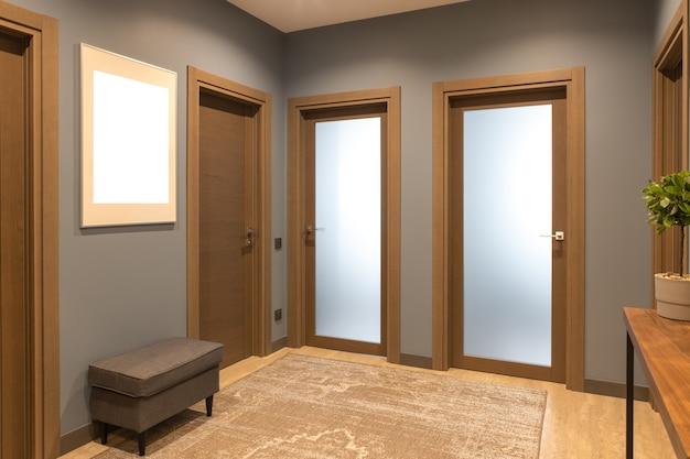 Moderner eingangsbereich in neutralen braun- und grautönen.