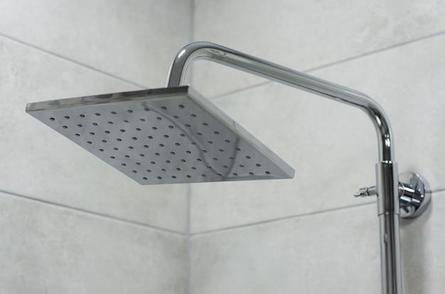 Moderner eleganter duschkopf aus edelstahl