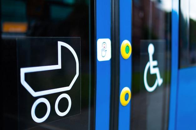 Moderner elektrotransport. straßenbahn mit niedrigem polo und markierungen für behinderte menschen und eltern mit kinderwagen.