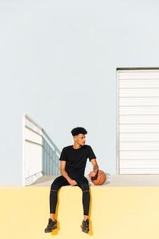Moderner ethnischer mann mit basketball