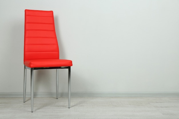 Moderner farbstuhl im leeren raum an der wand mit kopierraum