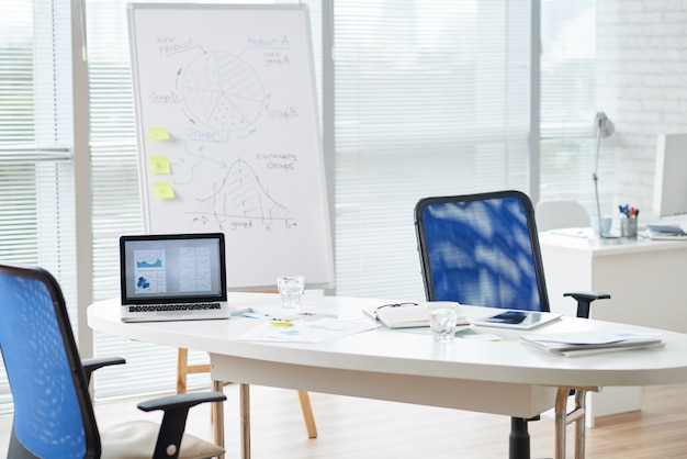 Moderner firmenbüroraum im tageslicht
