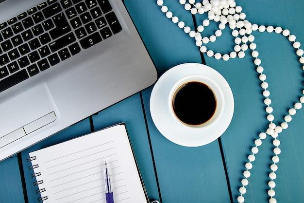Moderner frauenarbeitsplatz mit notebook oder laptop,