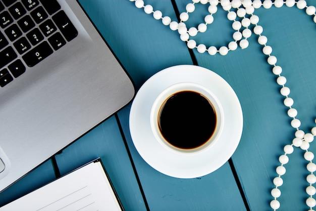 Moderner frauenarbeitsplatz mit notizbuch oder laptop.