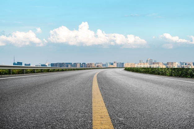 Moderner gebäudehintergrund und asphaltstraße in shanghai, china