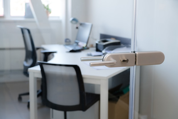 Moderner glastürschlossgriff mit modernem geschäftsbüro in der.