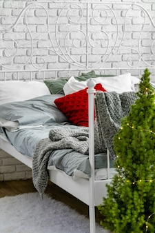 Moderner heller schlafzimmerinnenraum verziert für weihnachten