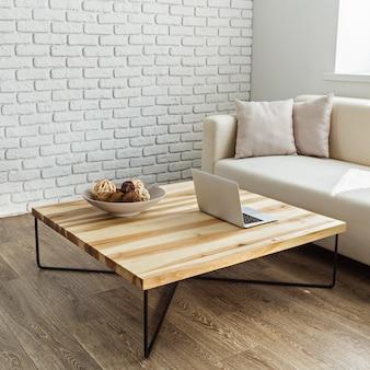Moderner holztisch im dachbodeninnenraum