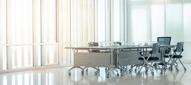 Moderner innensitzungsraum mit abendsonnenunterganglicht von den sauberen glasfenstern