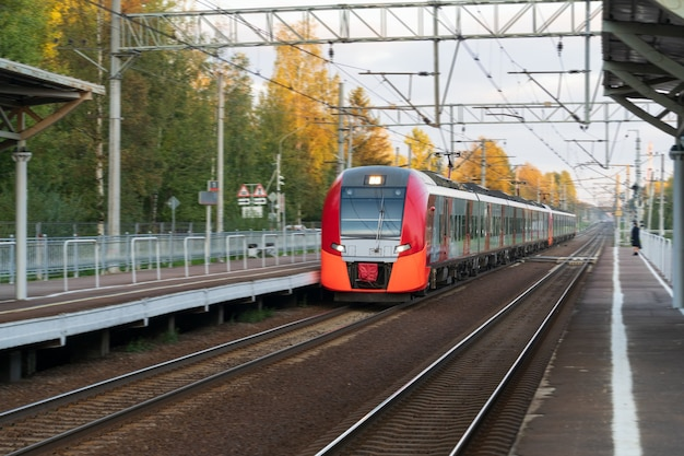 Moderner intercity-hochgeschwindigkeitszug bei sonnenuntergang kommerzielles s-bahn-transportkonzept
