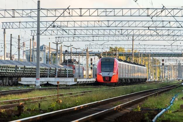 Moderner intercity-hochgeschwindigkeitszug bei sonnenuntergang kommerzielles vorstadtverkehrskonzept