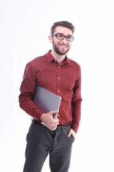 Moderner junger mann mit einem laptop. isoliert auf weiß
