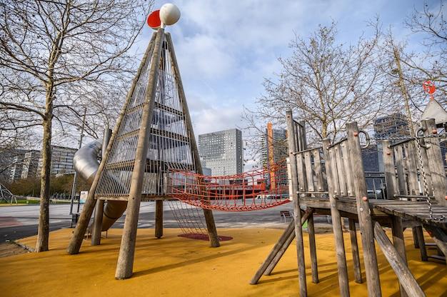 Moderner kinderspielplatz im freien, weicher bodenbelag. 03.01.2020 barcelona, spanien
