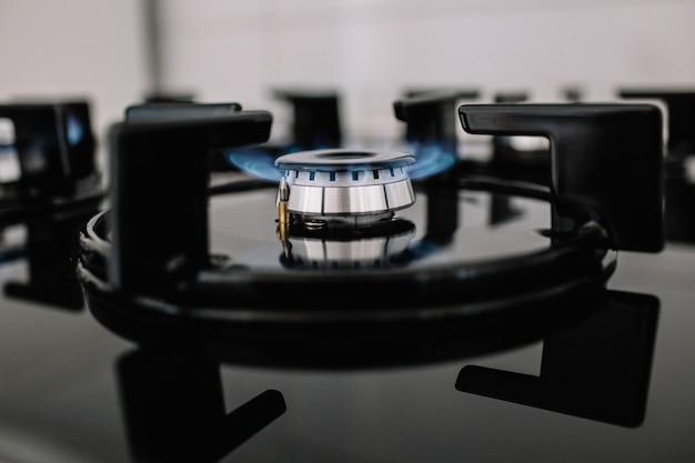 Moderner küchenherd kochen mit brennenden blauen flammen.