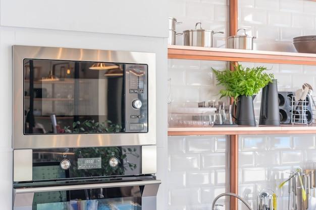 Moderner kücheninnenraum mit neuem ofen