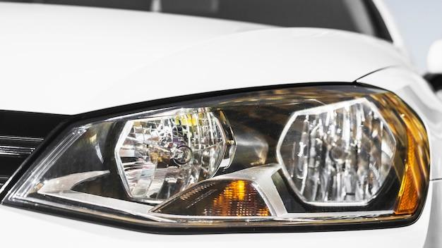 Moderner led-scheinwerfer aus weißem auto