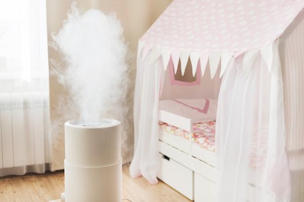 Moderner luftbefeuchter im kinderzimmer, aromaöldiffusor zu hause.
