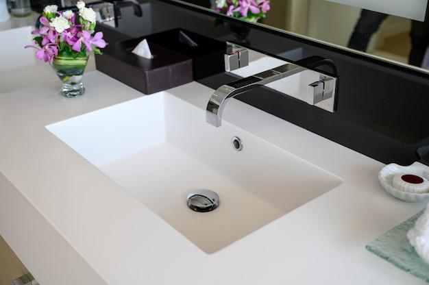 Moderner luxus-edelstahl-wasserhahn mit keramikwaschbecken aus automatischem sensor und kühlkörper mit wärmesteuertaste