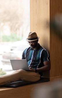Moderner mann, der allein in einem café arbeitet