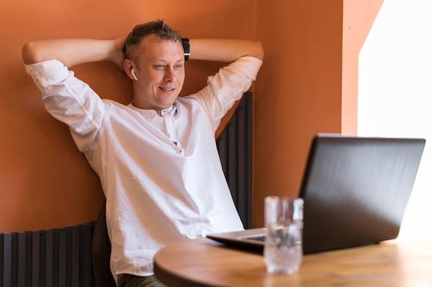 Moderner mann, der an seinem schreibtisch entspannt