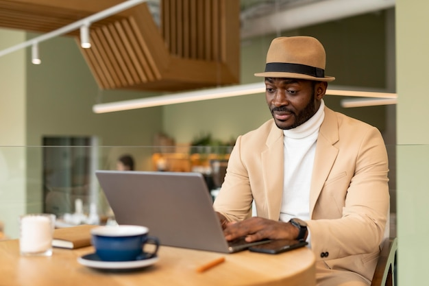 Moderner mann, der in einem kaffee arbeitet