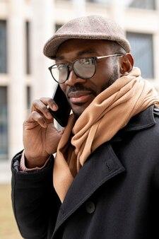 Moderner mann, der sein smartphone hält