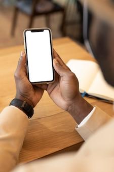 Moderner mann, der sein telefon überprüft