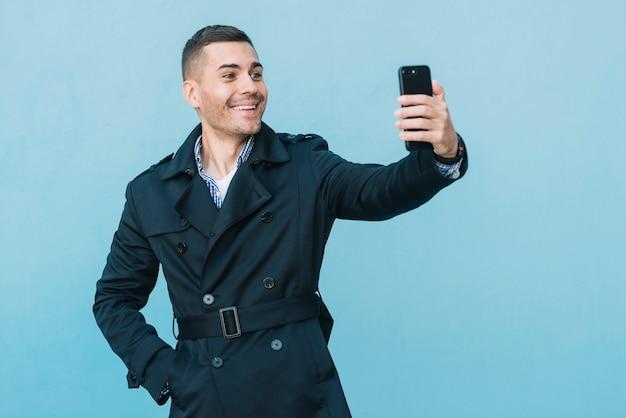 Moderner mann, der selfie nimmt