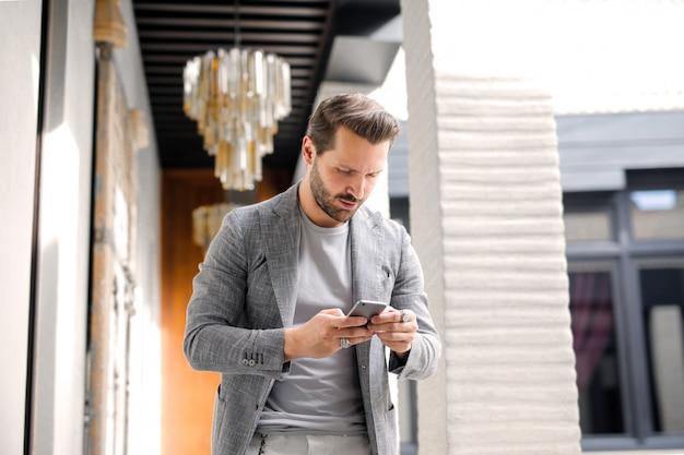 Moderner mann, der verwendet, ist smartphone