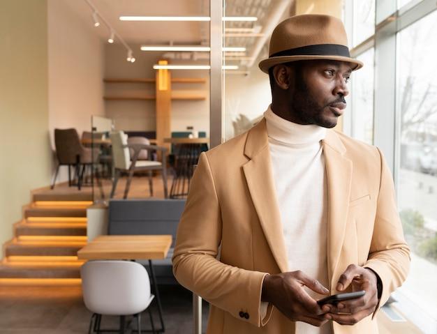 Moderner mann im beige anzug