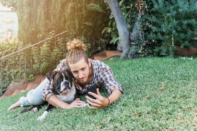 Moderner mann mit hund im garten