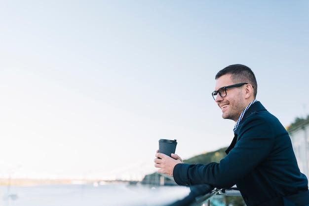Moderner mann mit kaffee