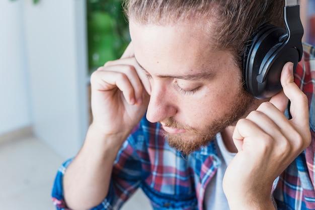 Moderner mann mit kopfhörer