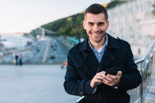 Moderner mann mit smartphone