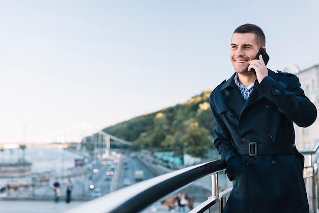 Moderner mann telefonieren