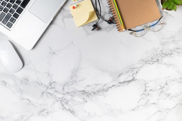 Moderner marmorschreibtischtisch mit laptop