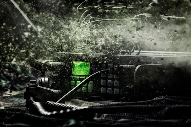 Moderner militärradiosender. das konzept der datenübertragung, das zielen von raketen, die durchführung von sonderoperationen. gemischte medien