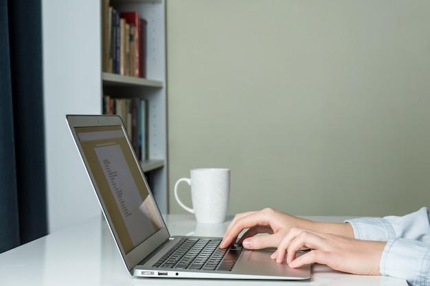 Moderner minimalistischer home-office-schreibtisch