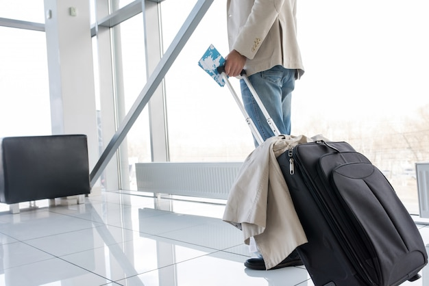 Moderner reisender im flughafen