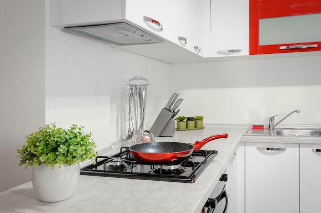 Moderner roter und weißer kücheninnenraum