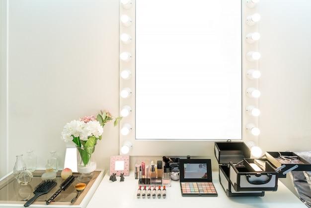 Moderner schrankraum mit make-up-waschtisch, spiegel
