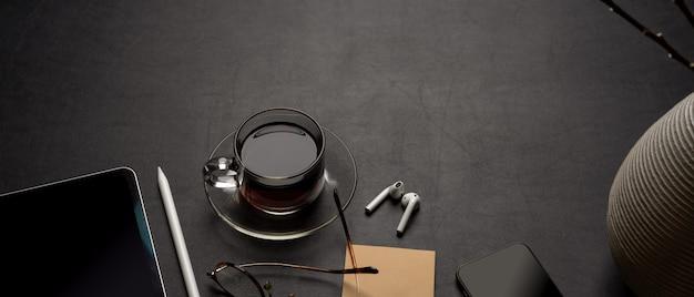 Moderner schreibtisch mit digitalem zubehör, kaffeetasse, notizblock, brille und dekoration auf schwarzem ledertisch