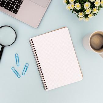 Moderner schreibtisch mit leerem notizbuch für spott oben