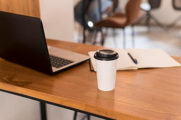 Moderner schreibtisch mit tasse kaffee