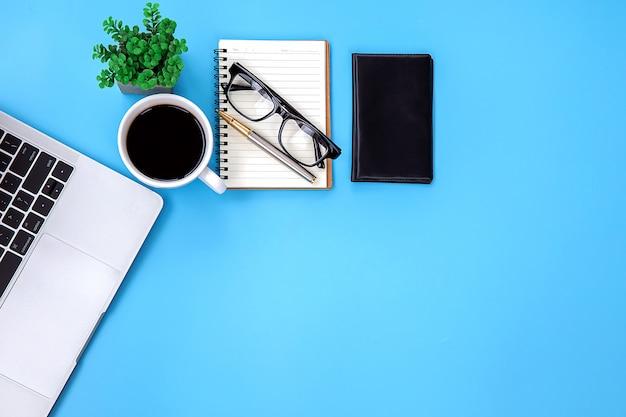 Moderner schreibtischarbeitsplatz mit laptop.