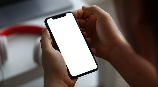 Moderner smartphone des männlichen handgriffs mit leerem bildschirm