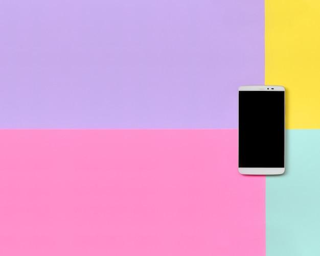 Moderner smartphone mit schwarzem schirm auf beschaffenheit blau, gelb, violett und rosa